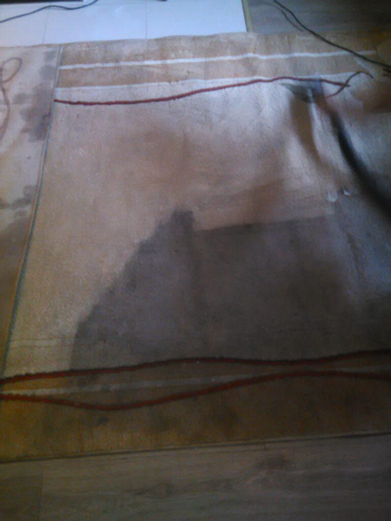 Mocno zaplamiona wykładzina podłogowa