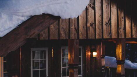 usuwanie śniegu z dachu sople